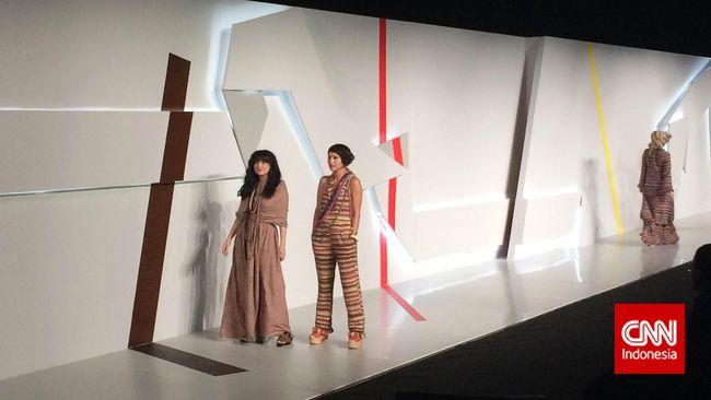 Berbeda dengan desainer yang mengeskplor kain dari Indonesia Timur, Amanda justru memilih menggunakan tenun dari suku Baduy.