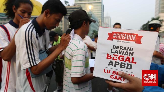 Warga Jakarta membubuhkan tanda tangan mendukung Gubernur DKI Jakarta Basuki Tjahaja Purnama (Ahok) di Bundaran HI, Jakarta, Minggu, 1 Maret 2015.