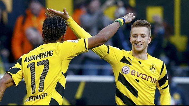 Cetak dua gol yang membawa kemenangan bagi Borussia Dortmund atas Schalke 04, Marco Reus dan Emerick Aubameyang gunakan topeng super hero Batman dan Robin.