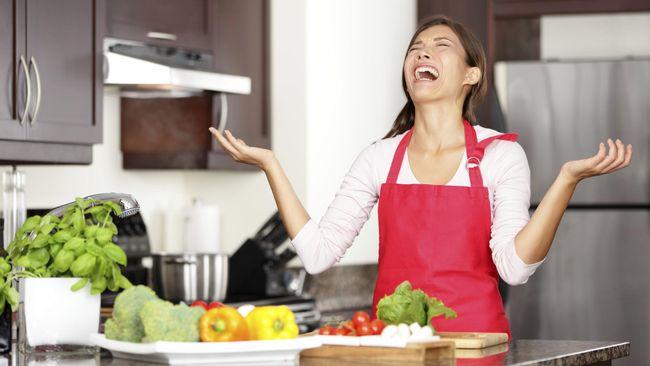 Makanan yang terlalu asin cukup sulit diseimbangkan lagi rasanya. Anda tak bisa langsung menambahkan gula dan berharap rasanya akan jadi nikmat.