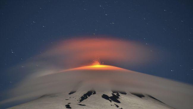 Foto baru Bumi dari luar angkasa menunjukkan debu mengepul dari gunung berapi Raikoke di Samudra Pasifik Utara setelah letusan pada hari Sabtu, (22/6).