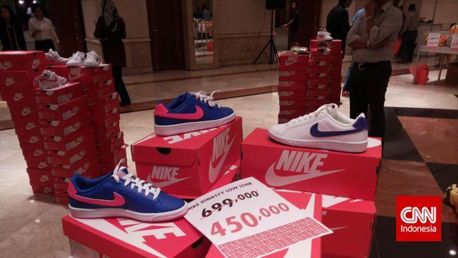 Warga China memboikot produk peritel barat seperti Nike dan H&M yang berkomentar soal dugaan kerja paksa muslim Uighur di Provinsi Xinjiang.