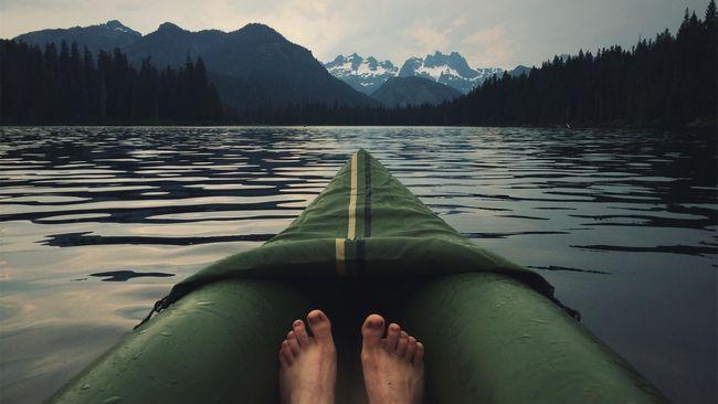 Ilustrasi kano di danau
