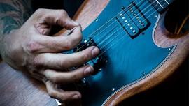 Gitar Legendaris Ian Curtis Dilelang, Diprediksi Laku Rp1,5 M