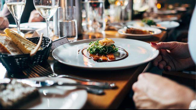 Ilustrasi makan di restoran