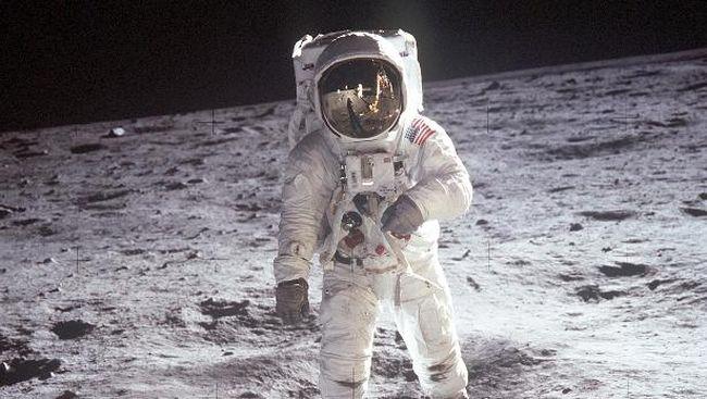 Perang Dingin menjadi ajang untuk pamer kemajuan teknologi antara AS dan Uni Soviet, salahs atunya ditandai dengan peluncuran misi Apollo 11 ke permukaan Bulan.