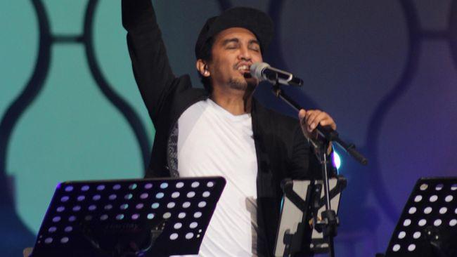 Sepenggal lirik lagu Gone Too Soon yang dipopulerkan Michael Jackson dilantunkan oleh Glenn Fredly untuk mendiang Angeline.