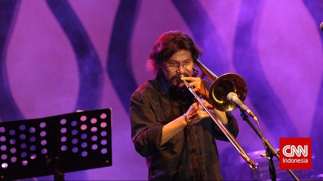 Penampilan musisi senior Benny Likumahuwa menghibur penontor pada hari ketiga pagelaran musik