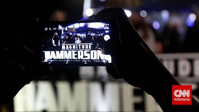 Pengunjung mengambil foto booth lamb of god pada Festival musik metal Hammersonic 2015 di Lapangan D Senayan, Jakarta, Minggu, 8 Maret 2015. CNN Indonesia/Safir Makki