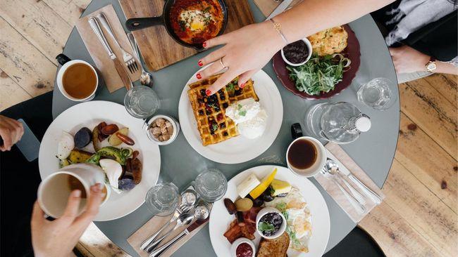 Memilih restoran atau tempat makan di kota atau negara lain memang butuh trik agar tak terjebak masuk dalam restoran mahal tapi makanan tak enak.