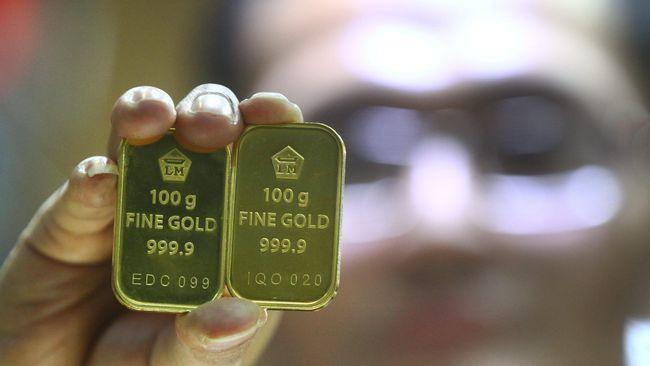 Harga jual emas PT Aneka Tambang (Persero) Tbk atau Antam berada di posisi Rp746 ribu per gram pada Jumat (13/12) atau turun Rp4.000 dari hari sebelumnya.