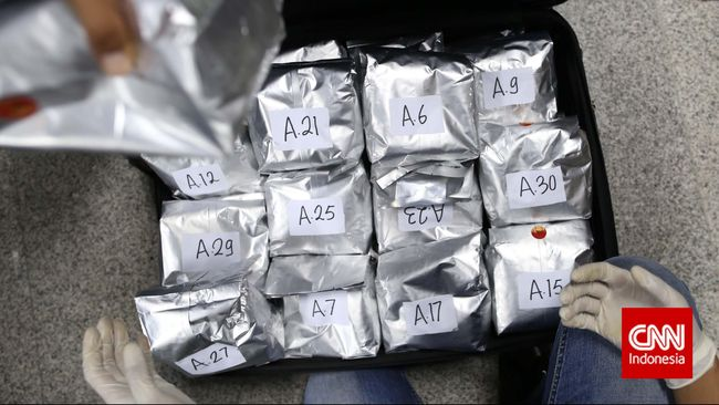 Identitas para TKI yang mengirim uang kepada keluarga di Indonesia diberikan ke bandar narkoba. Uang yang dibayarkan ke TKI ialah hasil perdagangan narkoba.