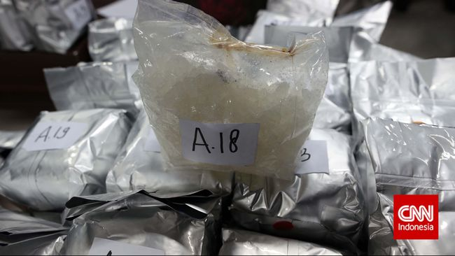 Polda Kepulauan Riau menangkap dua kurir narkoba jaringan Malaysia-Indonesia lewat laut dengan modus menyembunyikan sabu di dalam perut.