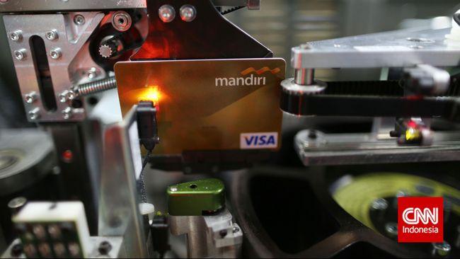 Pembuatan kartu kredit di Bank Mandiri, Jakarta, Selasa, 17 Maret 2015. Asosiasi Kartu Kredit Indonesia (AKKI) melihat, pertumbuhan kartu kredit hanya akan tumbuh satu digit di tahun 2015. Pertumbuhan jumlah kartu kredit hanya 5% di tahun 2015. CNN Indonesia/Safir Makki