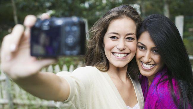 Berbagai 'alibi' dilontarkan demi bisa selfie bareng tanpa masker. Apa bahayanya?