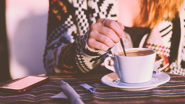 Ilustrasi perempuan minum kopi