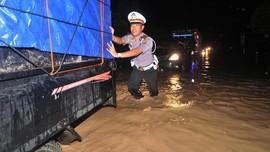 Nekat Terobos Banjir di Bandung, Sejumlah Kendaraan Mogok