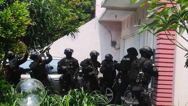 Densus 88 disebut menangkap dan menetapkan 46 orang dari sejumlah wilayah sebagai tersangka kasus terorisme pasca-ledakan di Mapolrestabes Medan.