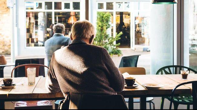 Sebuah penelitian melaporkan banyak orang dewasa merasa kesepian selama tiga fase dalam hidup.