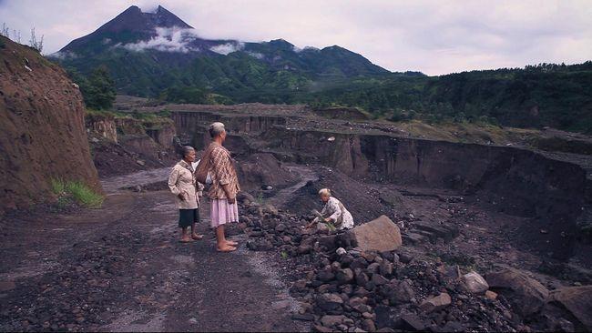 Digdaya Ing Bebaya mengisahkan tentang tiga lansia di lereng Gunung Merapi yang tangguh. Mereka menolak direlokasi pasca erupsi.