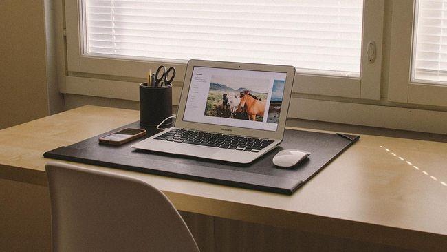 Produktivitas saat bekerja dari rumah sering kali menurun karena banyak gangguan dan kurang pengawasan. Berikut tips-nya.