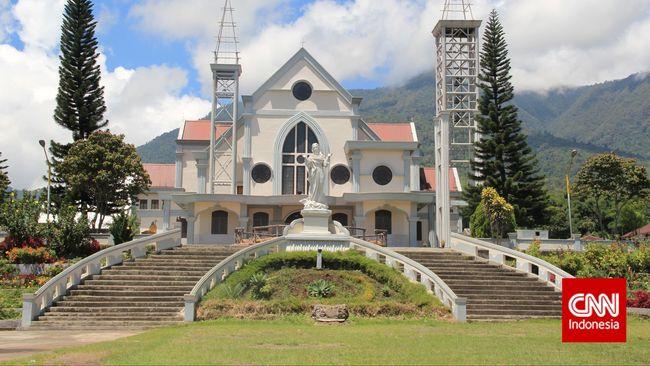 Pentahbisan Uskup Ruten di Kabupaten Manggarai, NTT, tetap digelar dengan pengawasan ketat dan hanya orang-orang tertentu yang diizinkan masuk.