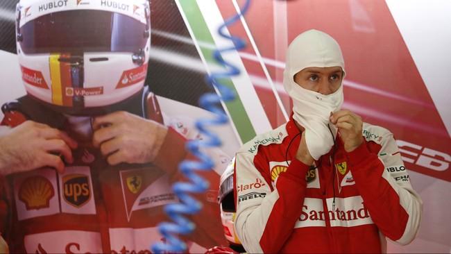 Sesi kualifikasi grand prix Malaysia di sirkuit Sepang berlangsung di bawah derasnya hujan, Sabtu (28/3) petang. Lewis Hamilton pun menjadi yang tercepat.