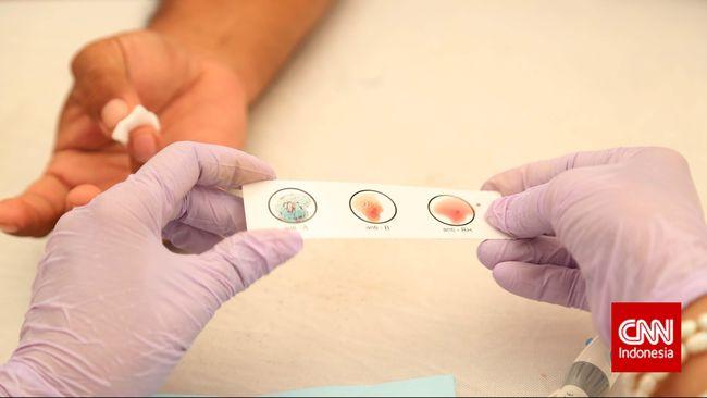 Petugas mengambil golongan darah pendonor sebelum mendonorkan darah untuk mengkategorikan jenis darah saat berlangung donor darah massal di kawasan Bundaran HI, Jakarta, Minggu, 29 Maret 2015. CNN Indonesia/Safir Makki
