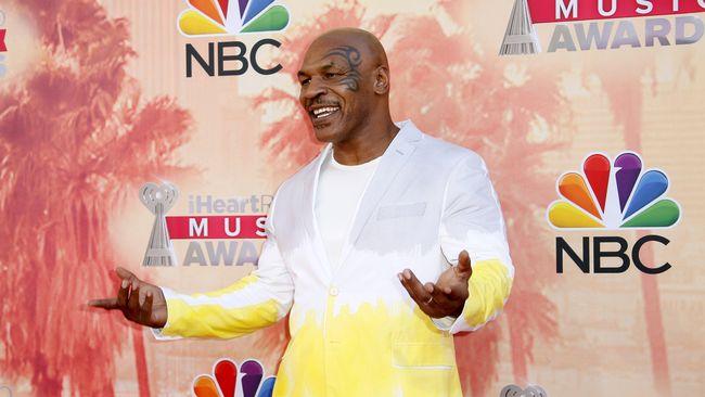 Mantan juara dunia tinju kelas berat Mike Tyson kedapatan mengisap ganja raksasa sepanjang lebih dari 30 sentimeter.