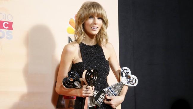 Gara-gara memborong penghargaan terbanyak, muncul guyonan acara ini diubah menjadi iHeartTaylorSwift Awards.