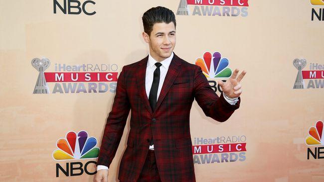 Nick Jonas dinobatkan menjadi pria paling gaya atau Most Stylish Man pada 2018 versi majalah GQ.