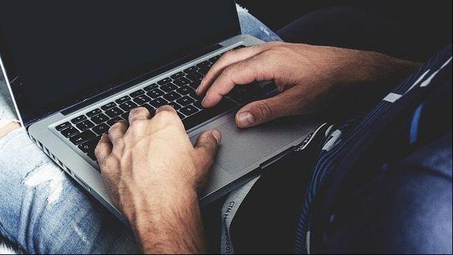 Pengamat menyebut bahwa situs porno seringkali menjadi pintu guna menggaet pengguna untuk masuk ke situs perjudian.