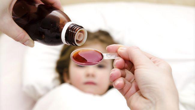 Tak jarang, demi anak sembuh batuk pilek secara cepat, orang tua langsung memberikan obat. Padahal terdapat efek buruk jika terlalu sering mengonsumsi obat.