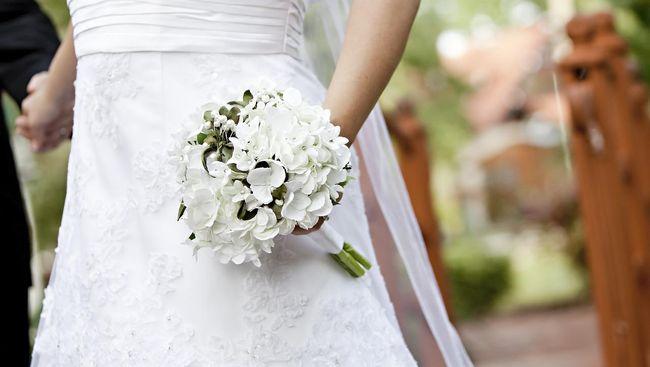 Virus corona yang mewabah di China dikhawatirkan mengganggu pasokan gaun pengantin di seluruh dunia.