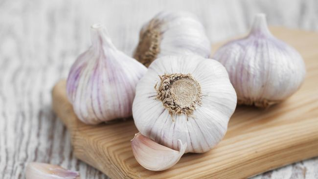 Satu hal yang menyebalkan ketika makan bawang putih adalah jejak bau yang ditinggalkannya. Kenapa bawang putih bisa buat bau mulut?