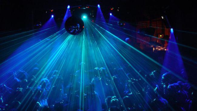 Pemerintah Prancis khawatir kasus covid-19 melonjak usai 2.500 warga menggelar pesta rave ilegal pada malam Tahun Baru 2021.