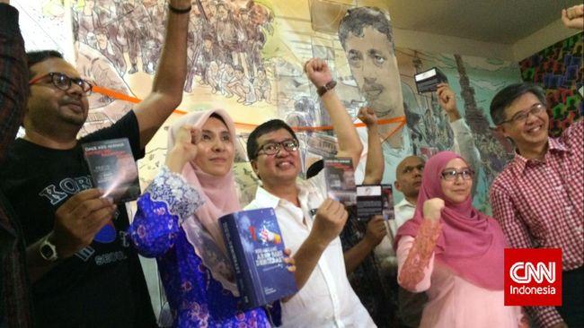 Nurul Izzah, putri pemimpin oposisi Malaysia, Anwar Ibrahim, menyambangi Indonesia untuk menggalang dukungan pembebasan oposisi pemerintah Malaysia.