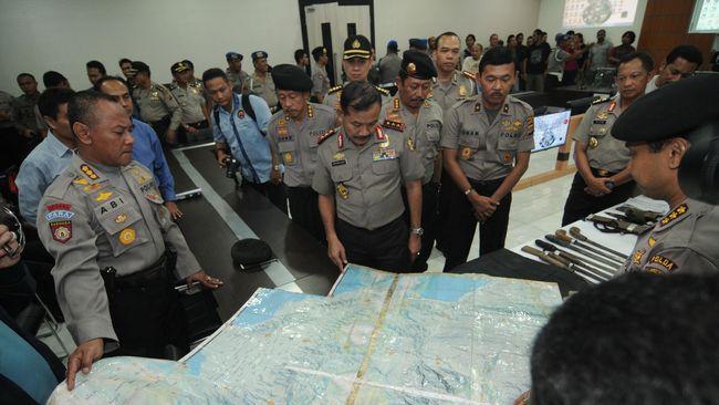 Anggota Komisi Pertahanan DPR menyayangkan operasi gabungan TNI dan Polri ini diperpanjang. Insiden jatuhnya helikopter TNI mewarnai operasi di Poso ini.