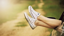 Tips Mencuci Sepatu Berbahan Kanvas Putih