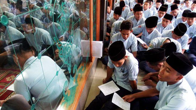 Siswa Madrasah Aliyah Negeri (MAN) menggelar doa bersama menjelang pelaksanaan Ujian Nasional di Masjid MAN Tambak Beras Jombang, Jawa Timur, Kamis (9/4). Doa bersama digelar untuk memberi motivasi para siswa agar berhasil dalam melaksanakan UN dengan nilai memuaskan, serta pelaksanaan UN online yang baru pertama kali diselenggarakan berjalan lancar dan sukses pada 13 April 2015 mendatang. ANTARA FOTO/Syaiful Arif/Rei/nz/15.