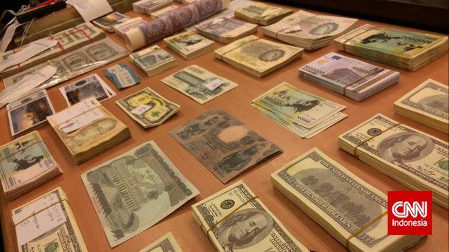 Kepolisian Diraja Malaysia menangkap seorang pria asal Indonesia karena menjual uang palsu bernilai MYR10,5 juta atau sekitar Rp 35,6 miliar.
