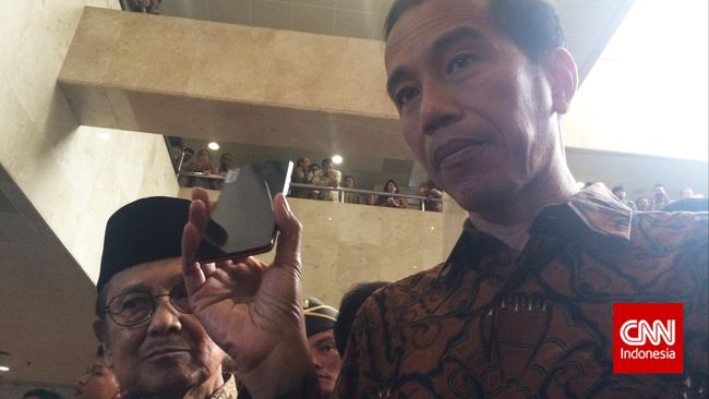 Jokowi menegaskan ponsel Bolt tidak harus menjadi ponsel nasional.