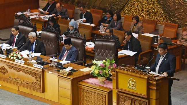 Kesibukan komisi-komisi DPR melakukan pengawasan dan anggaran dan lambannya pemerintah menyelesaikan tugas disebut penyebab mandulnya fungsi legalisasi DPR.