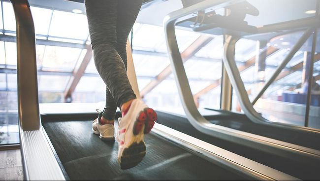 Lisa Erickson, ibu tiga anak asal Amerika Serikat berhasil menurunkan berat badan dengan bekerja sambil berjalan kaki di atas treadmill setiap hari.