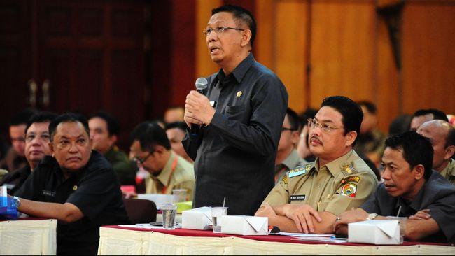 Gubernur Kalbar, Sutarmidji menyatakan akan menegakkan aturan, jika perusahaan-perusahaan terbukti melakukan pembakaran lahan akan diberi sanksi pembekuan izin.
