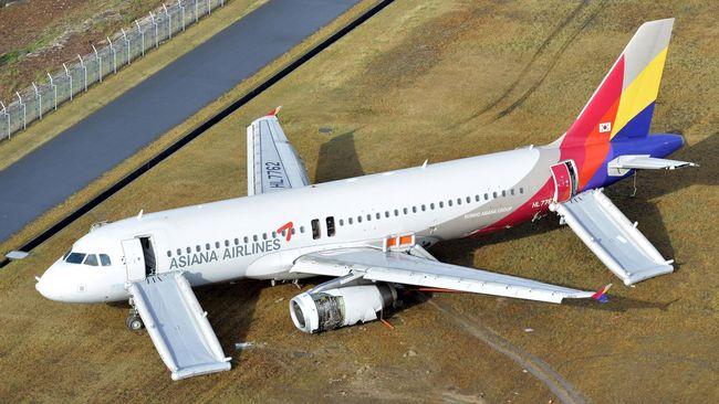 Pesawat komersial Korea Selatan, Asiana Airlines, menabrak pesawat Turkish Airlines yang sedang parkir di landasan bandara udara internasional Ataturk Istanbul.