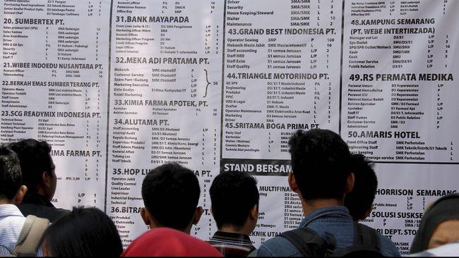 Pencari kerja melihat daftar nama perusahaan yang membuka lowongan pekerjaan, pada Bursa Kerja yang digelar Disnakretrans Kota Semarang, di Semarang, Jateng, Rabu (15/4). Bursa kerja diikuti 74 perusahaan lokal dan nasional yang menyediakan sebanyak 8.439 lowongan pekerjaan pada berbagai posisi. ANTARA FOTO/R. Rekotomo/ed/pd/15.