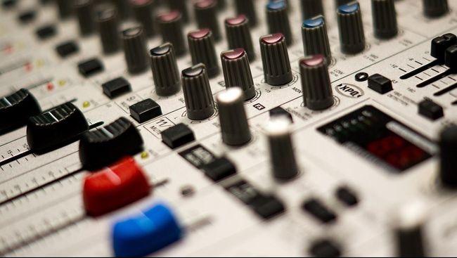 Si bocah, Rhys Toms, belum memiliki studio sendiri. Ia membuat musik electronic dance music (EDM) di ruang kerja sang ayah.