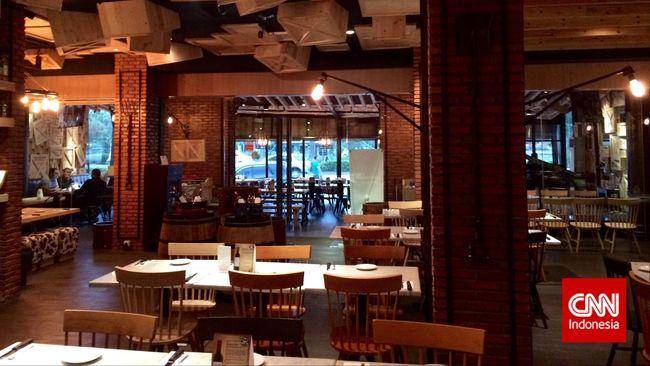 Wine & Meat Co, itulah nama yang terpampang besar di bagian depan restoran ini. Dari namanya saja sudah jelas restoran ini menyajikan wine dan daging.