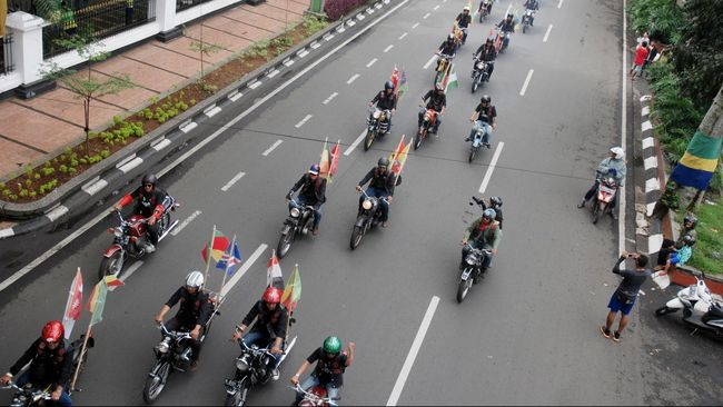 Eks Pangkostrad Djamari Chaniago ikut dalam rombongan tur Harley yang diwarnai insiden pengeroyokan terhadap anggota TNI di Bukittinggi.